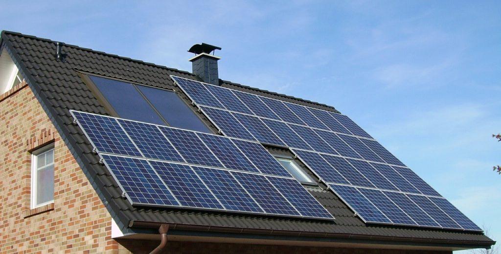 Le design éconergétique d'une maison avec des panneaux solaires