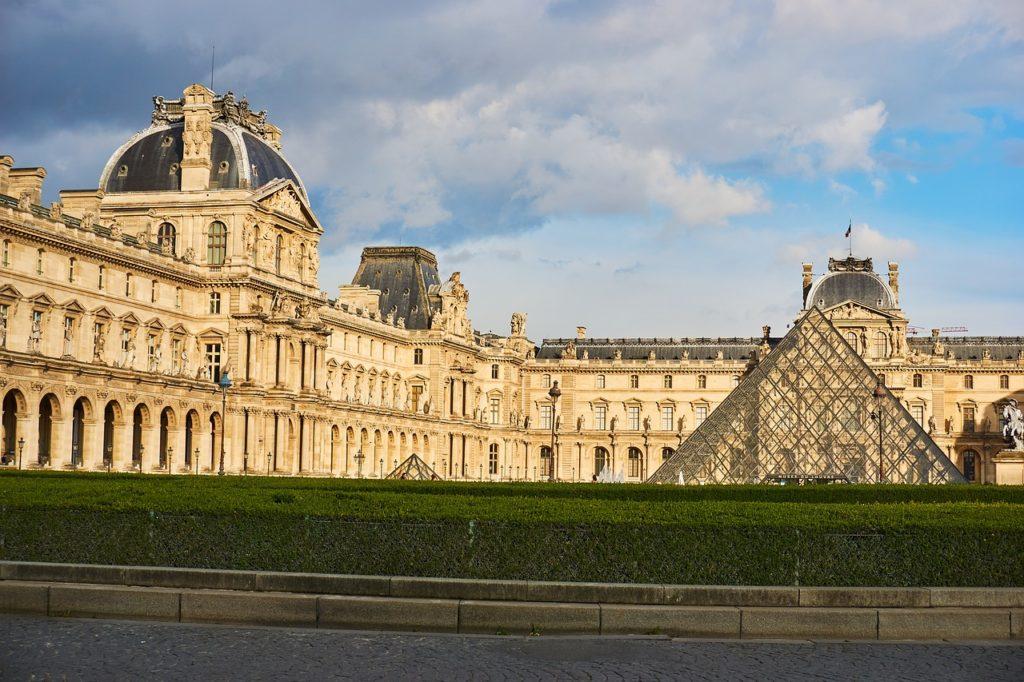 Le musée du Louvre en l'absence de foule à Paris